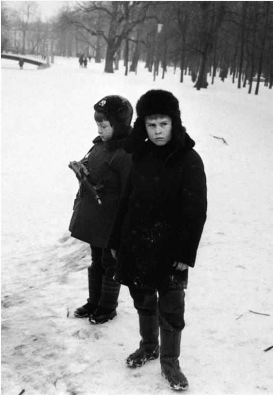 Masha Ivashintsova, la photographe inconnue de Leningrad sort de l'oubli - Amos Chapell | Déclencheuse compulsive, mais inconnue, aux 30 000 images découvertes dans une cave par sa fille, Masha Ivashintsova (1942-2000) de Leningrad a terminé sa vie dans un asile, le régime soviétique n'ayant d'autre traitement pour la dépression que la prison pour refus de travailler ou l'asile… Sublime découverte.