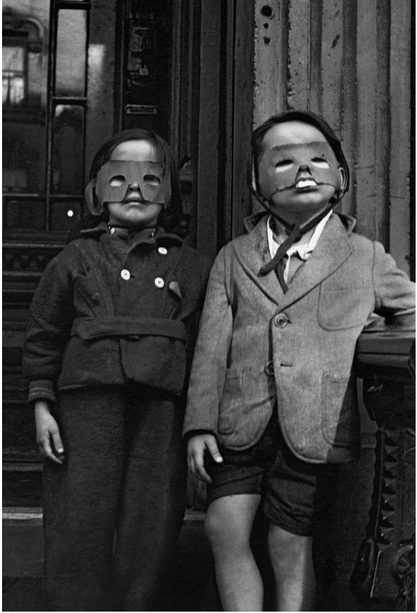 """""""One, Two, Three, More"""" par Helen Levitt, publié par powerHouse Books . Helen Levitt © Film Documents LLC. Ce livre rassemble les premières photos d'Helen Levitt, prises dans le New York des années 40, et pour la plupart restées jusqu'à présent inédites."""