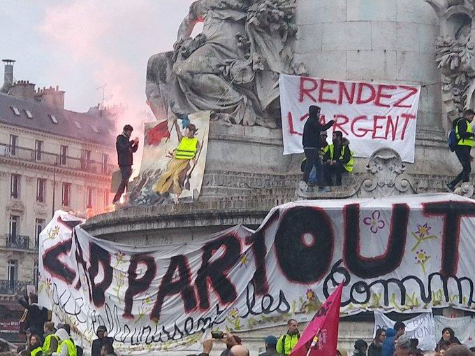Paris, place de la République, après la marche pour le climat, que les macronistes auraient bien tort de prendre pour un soutien à leur politique pseudo-écologiste et réellement capitaliste.