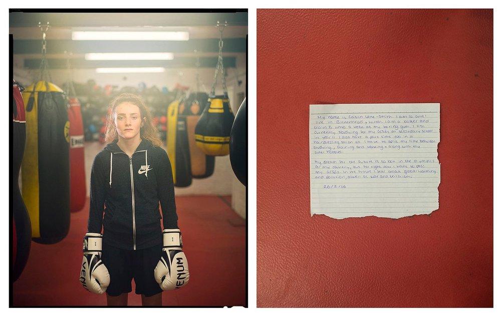 Comment avoir 16 ans en Angleterre et le dire ? - Photo   Seize photographes quadrillent l'Angleterre pour savoir comment les adolescents de 16 ans envisagent leur futur; tous issus de milieux socio-culturels divers et réunis par le fait que les récentes décisions politiques de leur pays les engagent malgré eux pour les années à venir.