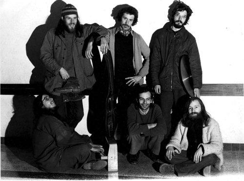 Le Dharma Quintet, free jazz français siglé 70's - Musique   Réécouter les 4 albums du Dharma Quintet, que Le Souffle Continu a réédité au printemps dernier en vinyle, dresse un portrait musical des jazz du début des années 70 dans toute la diversité des influences que le vent du large soufflait sur l'Hexagone. Ils réfléchissent l'héritage de mai 68 sans nostalgie, quand free signifiait essentiellement que l'inspiration se libérait...