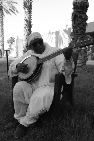 La Transsaharienne du jeudi avec Hasna El Becharia & Naïny Diabaté et l'University of Gnawa d'Aziz Sahmaoui - Musique | Double affiche de choix au Théâtre Gérard Philippe de St-Denis, ce jeudi soir dans le cadre d'Africolor, avec Hasna El Becharia & Naïny Diabaté + Aziz Sahmaoui & University of Gnawa. Du Maroc au désert, en évoquant le Mali, une transsaharienne qui va réchauffer les cœurs en hiver et déployer le son du rock et des griots.