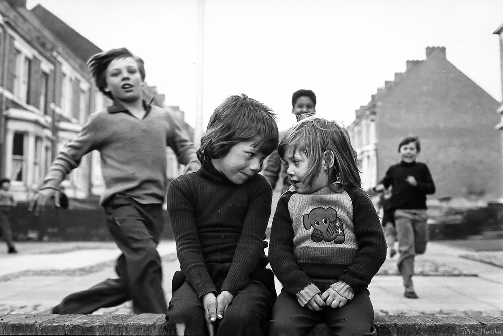"""Ella Murtha    : Elswick Kids (1978)     Quand on n'a que l'amour A offrir en partage    Quand on n'a que l'amour A offrir à ceux-là Dont l'unique combat Est de chercher le jour    Quand on n'a que l'amour Pour tracer un chemin Et forcer le destin A chaque carrefour    Quand on n'a que l'amour Pour parler aux canons Et rien qu'une chanson Pour convaincre un tambour     Jacques Brel   Parce que nous tenons cette réplique de Garance au comte de Montray dans """" Les Enfants du paradis """" pour une des plus belles du cinéma français, nous sommes ce que nous sommes, un journal qui ne confond pas dans le même amour ceux qui possèdent le monde et ceux qui n'ont que l'amour : """" C'est extraordinaire, Édouard. Non seulement vous êtes riche, mais encore vous voulez qu'on vous aime comme si vous étiez pauvre ! Et les pauvres, alors ? Soyez un peu raisonnable, mon ami. On ne peut tout de même pas tout leur prendre aux pauvres. """"    NB :  L'Autre Quotidien interrompt sa publication pour quelques jours, le temps entre autres de préparer sa première souscription, et reviendra le mercredi 2 janvier 2019."""