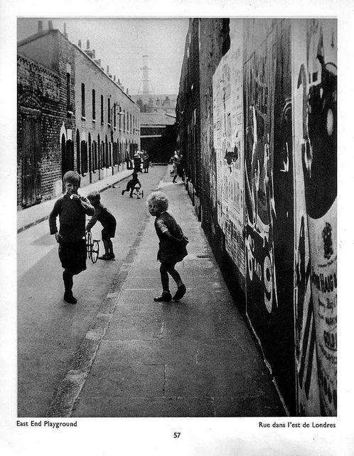 Histoire de voir par Derek Munn avec l'Ellipse du bois - Photo   Si Derek Munn nous montre sans ambiguïté que les clichés de « The English at Home », du très grand photographe Bill Brandt, sont bien politiques sous leurs airs anodins, il ne se contente pas de cela, et dévoile, en une langue sachant garder sa part à élucider, les résonances intimes qu'appellent ces visages enfantins dont on peut imaginer les joies, les contraintes, les échappées belles ou les enfermements potentiels.