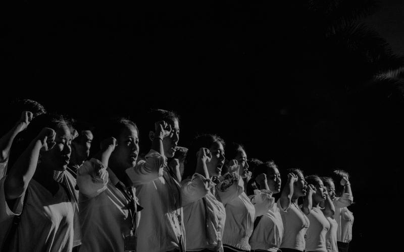 Au BAL, Alex Majoli débusque les gris du monde - Photo   Des manifestations politiques ou des urgences humanitaires, voire des moments paisibles de la vie quotidienne. Bien qu'hétéroclites, ces images ont en commun le même type de lumière et un certain sens de la théâtralité. De là découle le sentiment que nous sommes tous acteurs des différents rôles que l'histoire et les circonstances exigent de nous. Alex Majoli, de chez Magnum, a un inconscient brechtien. Expo jusqu'au 28 mars au BAL.
