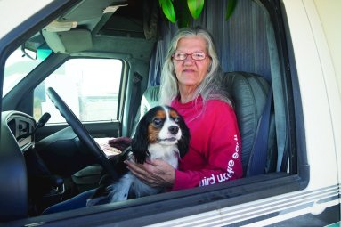 Linda May avec son chien Coco. Photo : Jessica Bruder.
