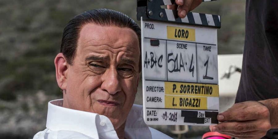 Loro, triste et pitoyable pouvoir de Paolo Sorrentino, par Jean-Jacques Birgé - Cinéma   Dès son ouverture buñuelienne il est clair que le film de Sorrentino sur Silvio Berlusconi n'est pas un biopic plan-plan, pâle reconstitution fantasmée d'une réalité simplifiée. Loro est un portrait en creux, d'abord parce que c'est le regard des autres qui fait question, ensuite parce qu'on a rarement vu au cinéma un personnage aussi triste et pitoyable que ce séducteur qui ne rêve que de pouvoir. Nos représentants de commerce qui font office de présidents de la République comme Sarkozy ou Macron ne lui arrivent pas à la cheville lorsqu'il s'agit de faire illusion.