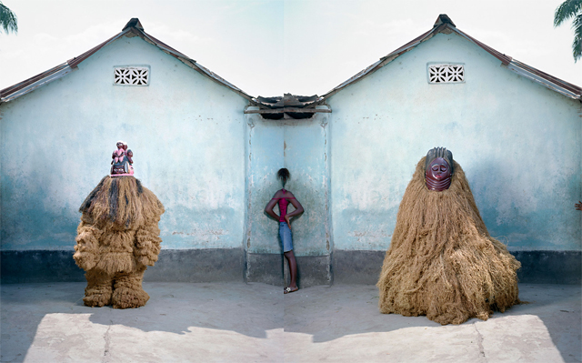 """La musique contemporaine africaine reste pleine de bonnes surprises - Musique   Alors qu'on parle de musique africaine """"en général"""", on s'attarde plutôt sur les spécificités régionales qui la constituent et les spécialistes la divisent en deux régions : l'Afrique du nord à majorité arabo-islamique et l'Afrique de l'ouest, centrale et sub-saharienne qui en serait le versant noir. Le propos de cette compilation, pas vraiment orientée occidentale prouve une plus grande diversité. Pari tenu !"""