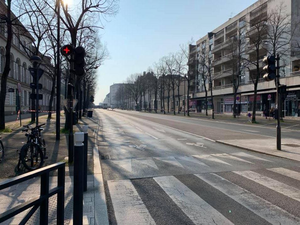 Angers, le jeudi 28 mars. Rues bloquées, commerces fermés, policiers par centaines, Macron fait le vide autour de lui. L'ordre est devenu désolation.