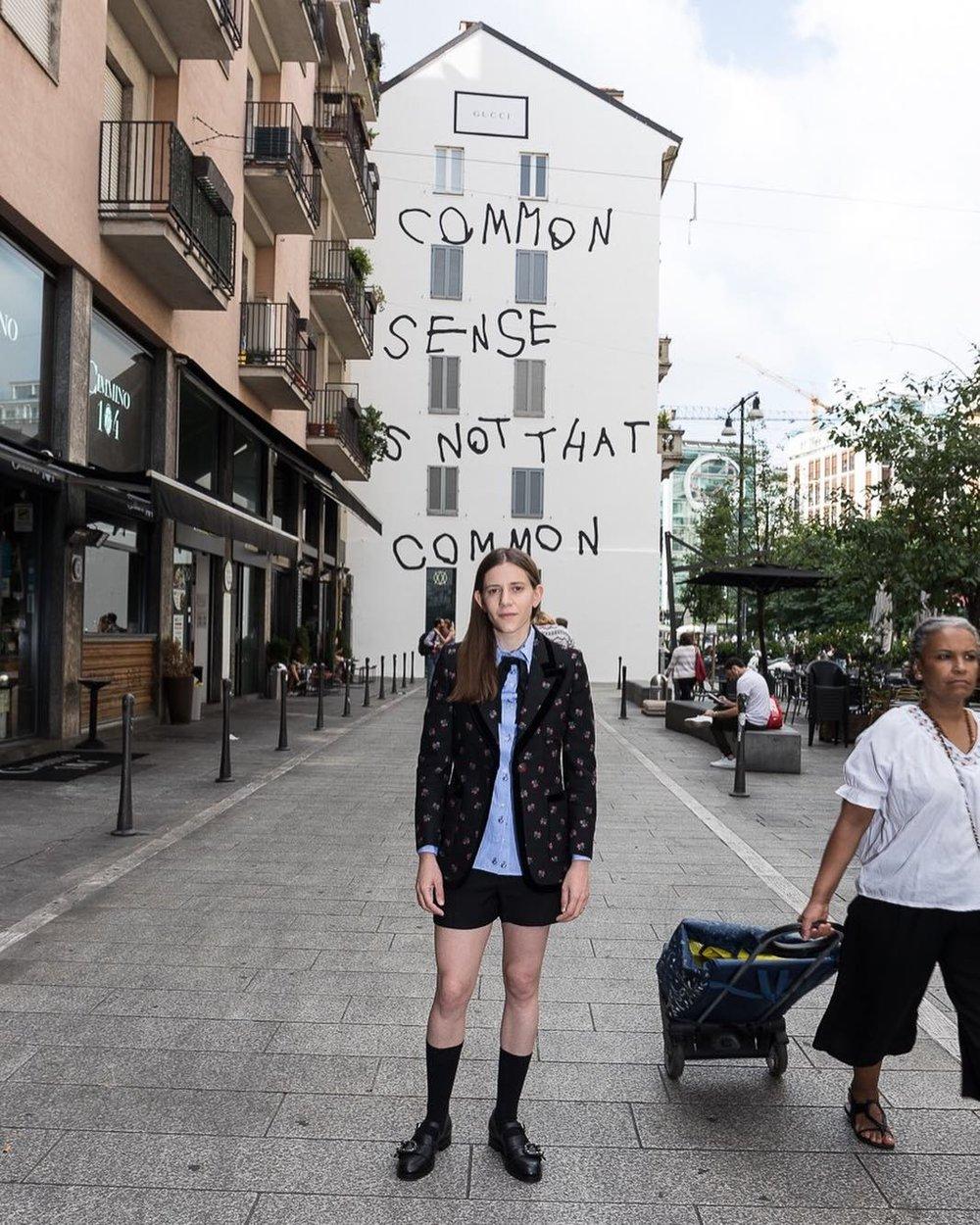 Photo - Coco Capitán fait des niches à la MEP -