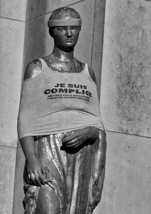 """""""Je suis complice de tous ceux qui luttent pour un monde meilleur."""" Très beau tee-shirt. Et bien porté ! L'Autre Quotidien fait entièrement sien ce slogan. Trocadéro, le samedi 30 mars. Photo    Serge D'ignazio   ."""