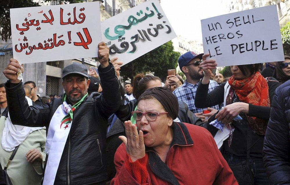 Héros - L'Algérie est au bord de l'éclosion - La tâche prioritaire est de tirer la leçon du soulèvement d'octobre 1988 et d'éviter à nouveau le « détournement du fleuve », à savoir la confiscation de la souveraineté populaire qui est à l'origine de l'autoritarisme sous sa forme actuelle.