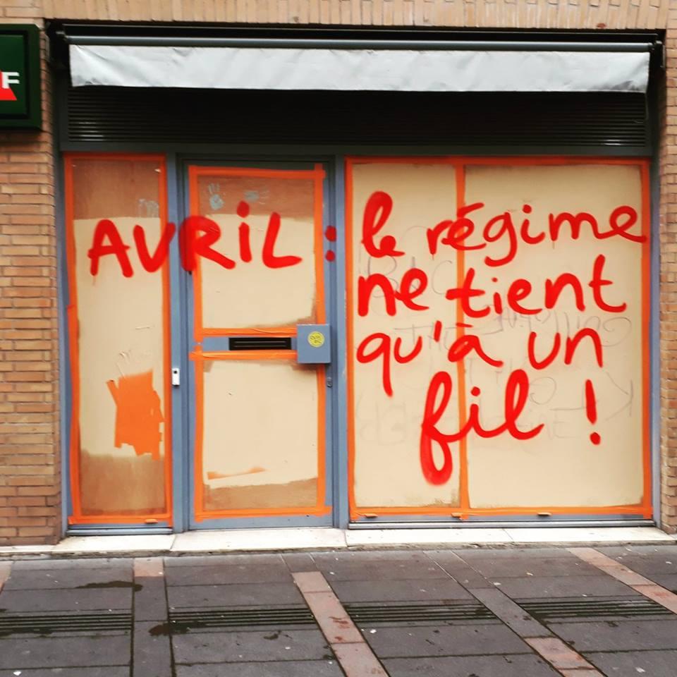 Comment décrire la situation ? Avril : le régime ne tient qu'à un fil, mais barbelé.