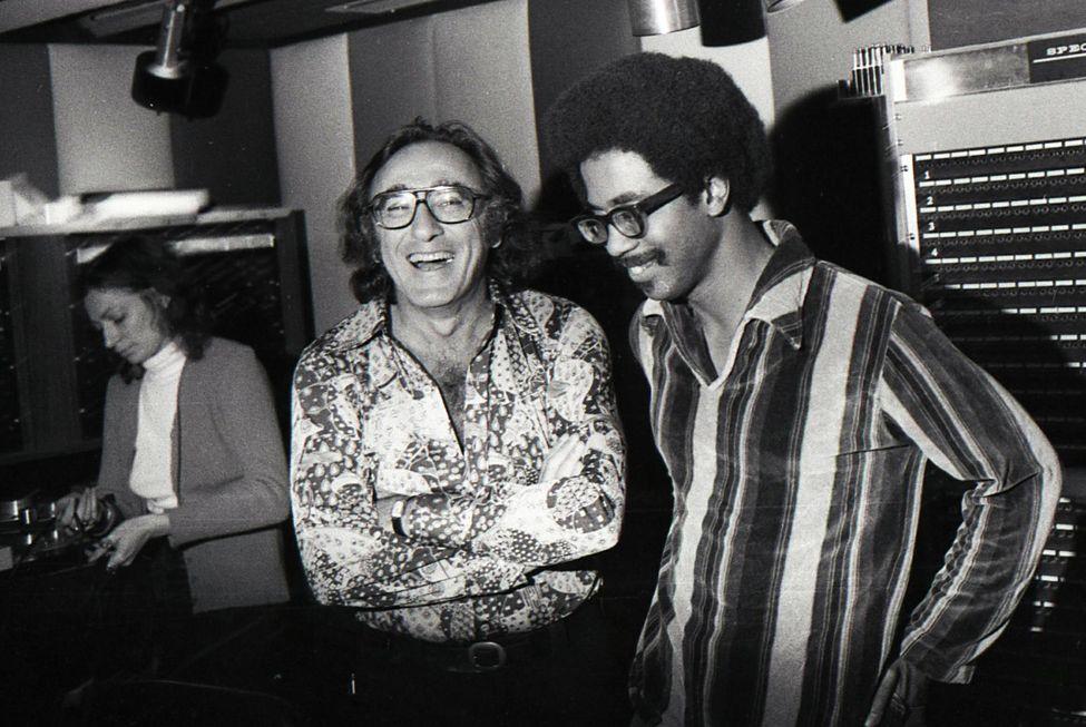 Bob Shad (chemise à fleurs) avec Reggie Moore (chemise rayée)