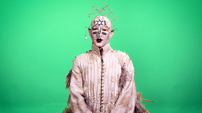 Candice Breitz,  Profile, 2017. (ici : Steven Cohen)   — 3 écrans vidéos, couleur, son, en boucle — Variation A — Durée : 2'20''. Variation B — Durée : 3'27''. Variation C — Durée : 3'21''  Commande du Pavillon d'Afrique du Sud, Biennale de Venise 2017. Courtesy KOW, Berlin.
