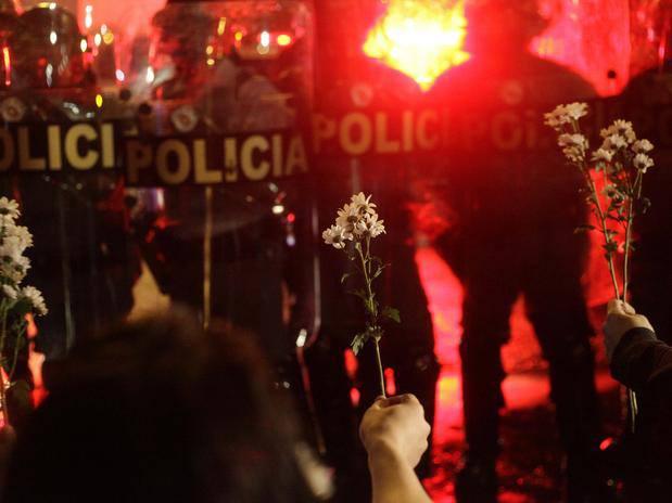 flores protestantes policia.jpg