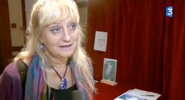 Marie-Anne Colombain, de  Liridona-RESF48 , interviewée par France3 TV après la performance musicale du  Passeport  par  D'autres Cordes . Marvejols, septembre 2011.