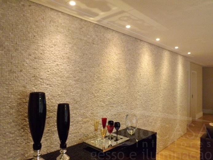 Forro com spots, filete de mármore e spots apontando para a parede