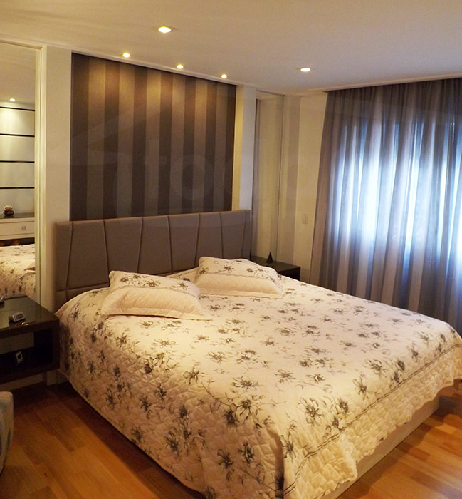 Cabeceira da cama com dicróicas e spots