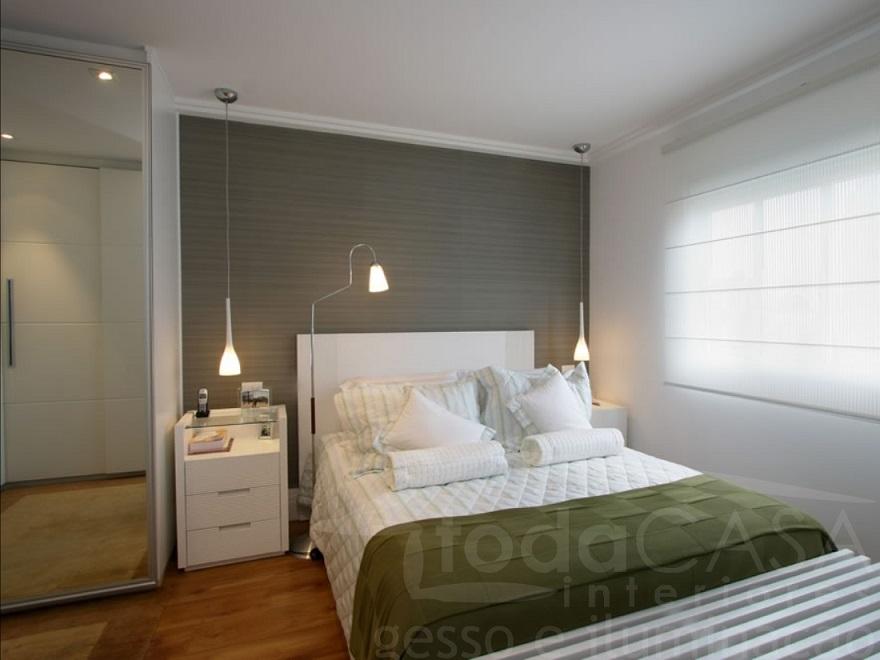 Pendente na cabeceira da cama, minimalista e bem iluminado
