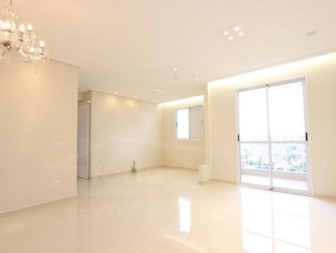 Sala bem iluminada com cortineiro luminoso