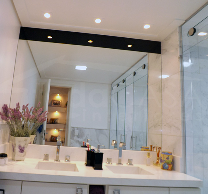 Iluminação tipo camarim na pia do banheiro, com dicróicas