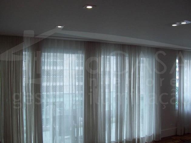 Um exemplo de cortineiro minimalista