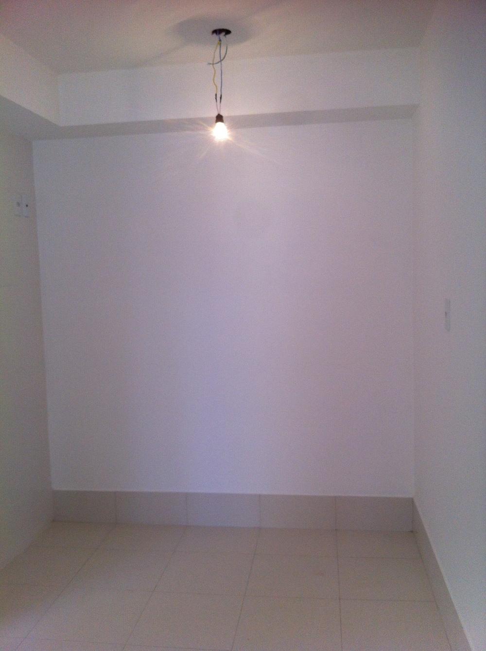 Sim, uma caixa de gesso. E sim, é super comum em apartamentos novos!