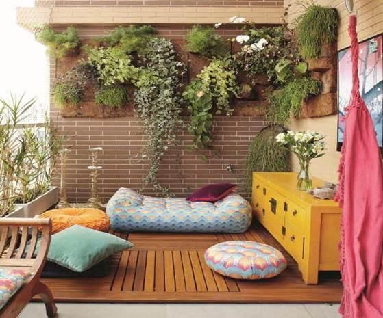 jardim vertical apartamento pequeno:Lugarzinho gostoso, né? Almofadas coloridas irão conferir ao