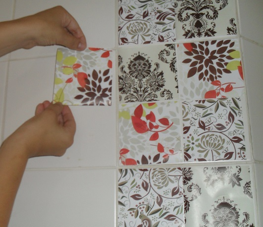 aplicando-adesivo-no-azulejo