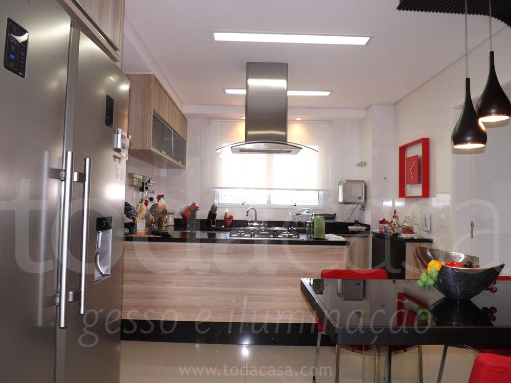 Forro na cozinha com luminárias de embutir