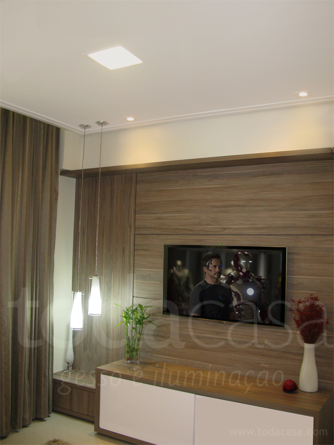 Home theater com spots em led, e pendente no canto do painel