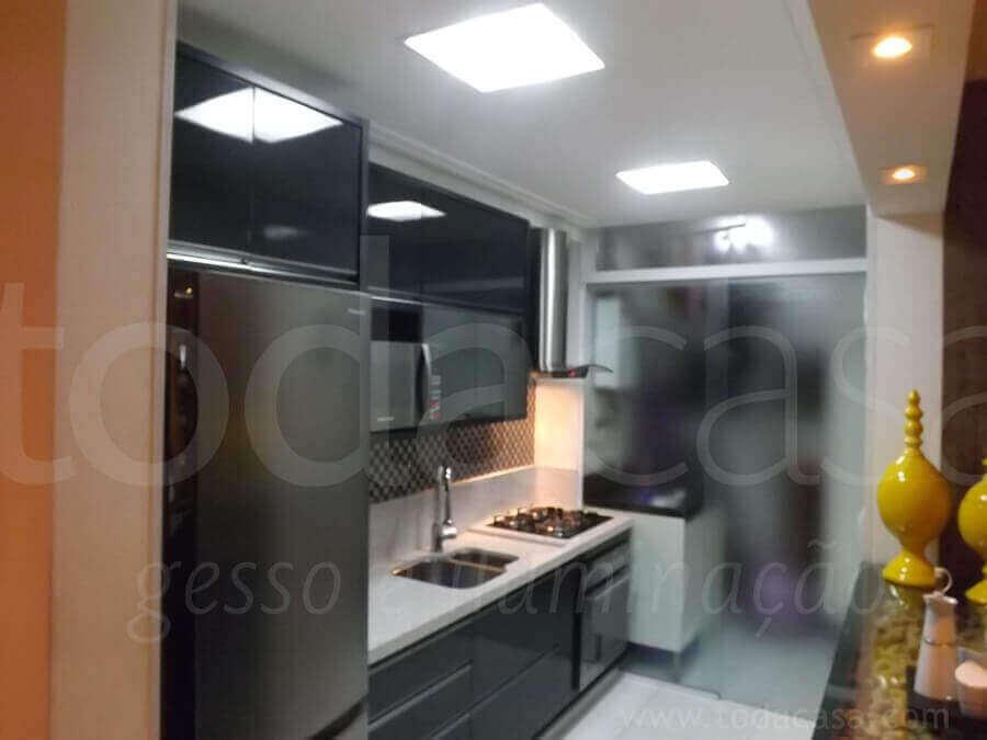 forro-na-cozinha-com-luminarias-e-sanca-na-viga-da-bancada-gesso-e-iluminacao-todacasa-1.jpg