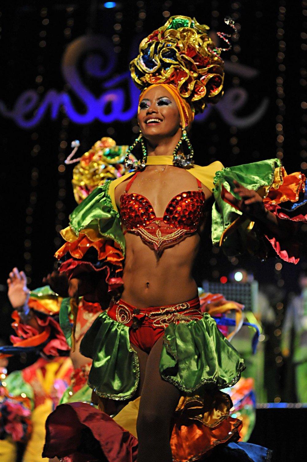 Ensálsate tiene la salsa como ritmo fuerte, con fusiones con otros bailes como tango, danza árabe y breakdance.