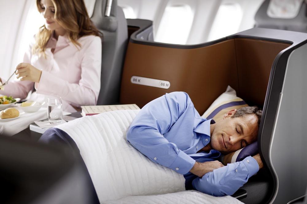 En Lufthansa le servirán a manteles y después podrá descansar como un rey.
