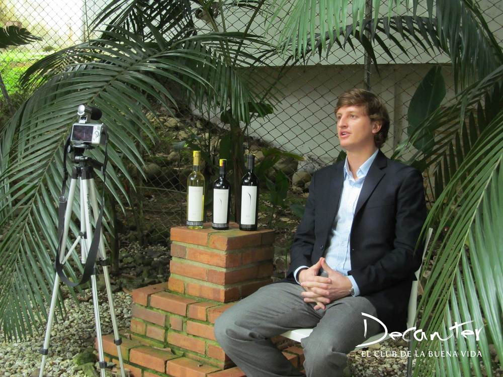 El Export Manager de la bodega Pulenta Estate, listo para una de sus entrevistas en Medellín.