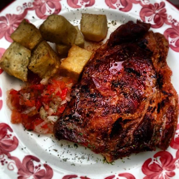 Bife chorizo uruguayo, papas cubo y salsa criolla.