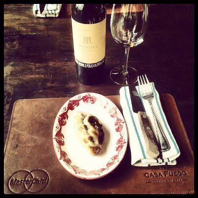 Los grandes vinos de Mendel acompañan muy bien las preparaciones a la parrilla de Casa Fuego, así como entradas como sus deliciosas empanadas Humita.