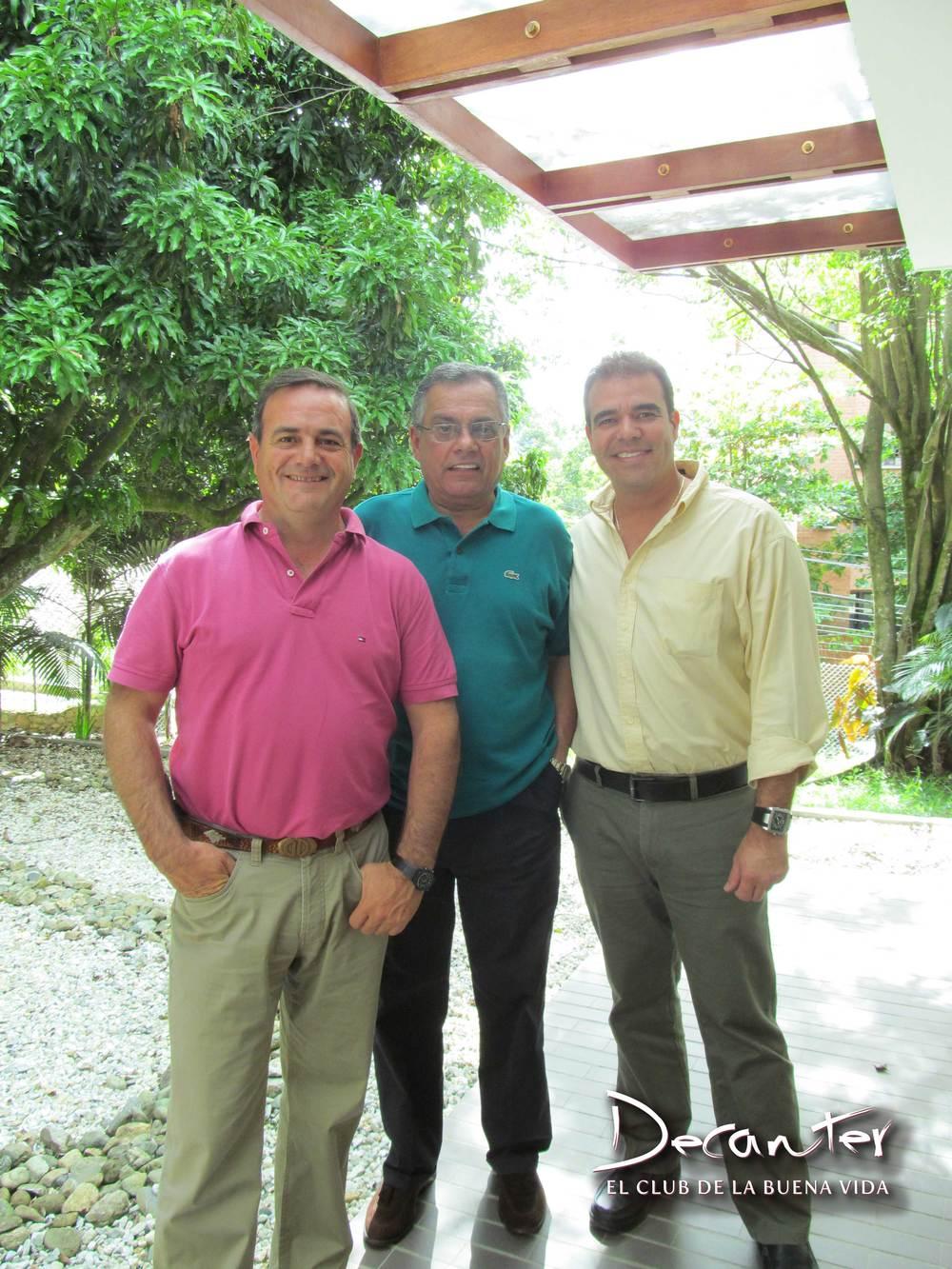 Osvaldo Domingo, Juan Carlos Novoa y Carlos Abad, gerente de Mercadeo del Club de vinos Decanter.