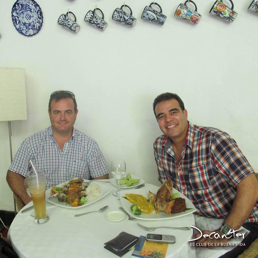 Osvaldo Domingo y Carlos Abad disfrutando de la cocina típica de la costa colombiana en Cartagena.