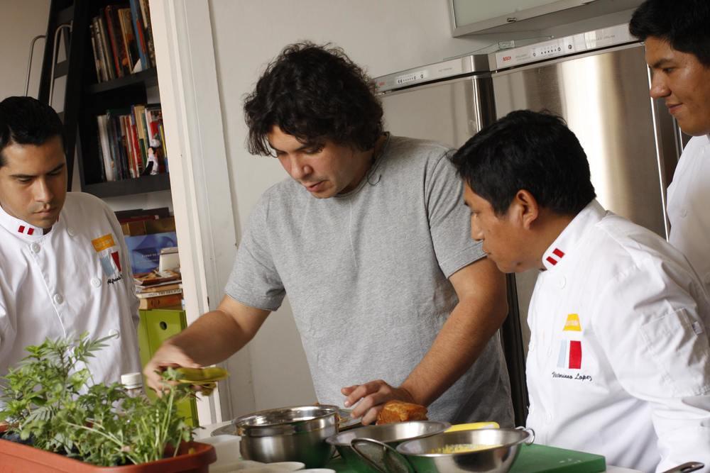 El cocinero peruanoGastón Acurio recibió el Premio Diners Club por el conjunto de su obra – América Latina 2013 .
