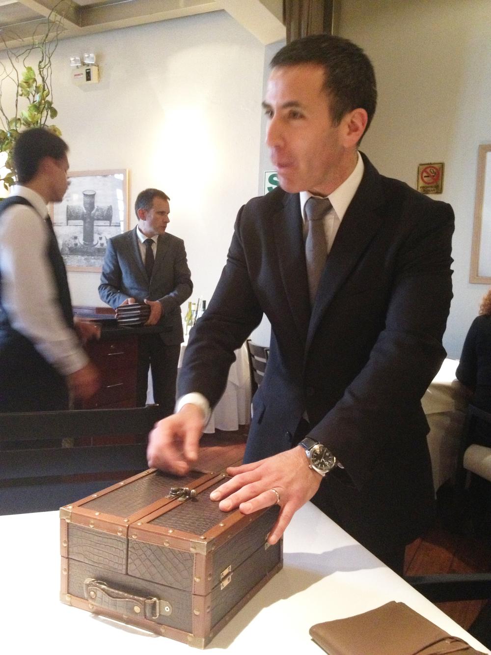 Silvio Vera abre la maleta para iniciar el menú degustación  El viaje  de Astrid & Gastón Lima.