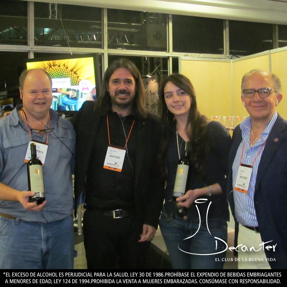Los encargados de la cata Premium Tasting Argentina, con otros dos de los ganadores de la noche.