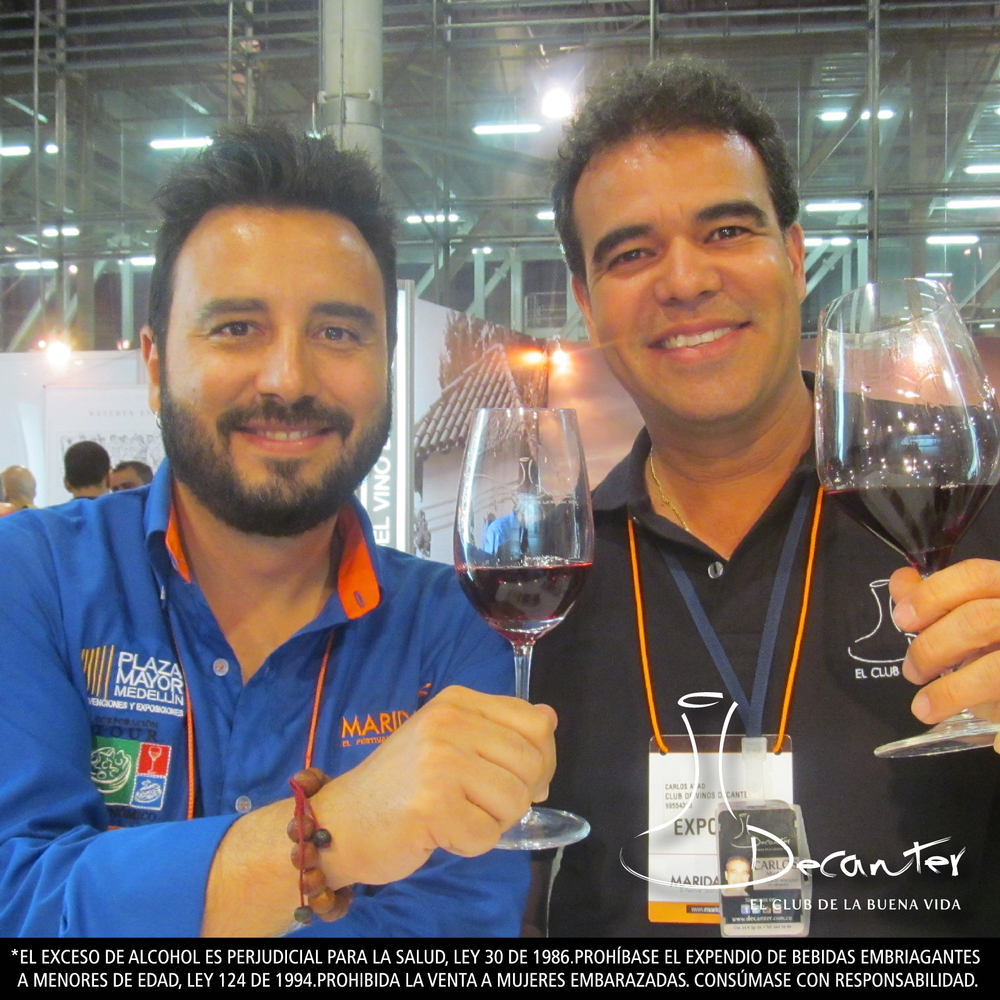 Tulio Zuloaga, imagen de Maridaje 2013 y Carlos Abad, gerente de Mercadeo del Club de vinos Decanter, brindando con un tinto del club.