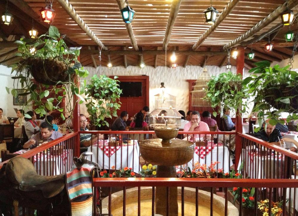 El ambiente de Hacienda recuerda las casas típicas de los pueblos de Antioquia, con patio central y fuente.