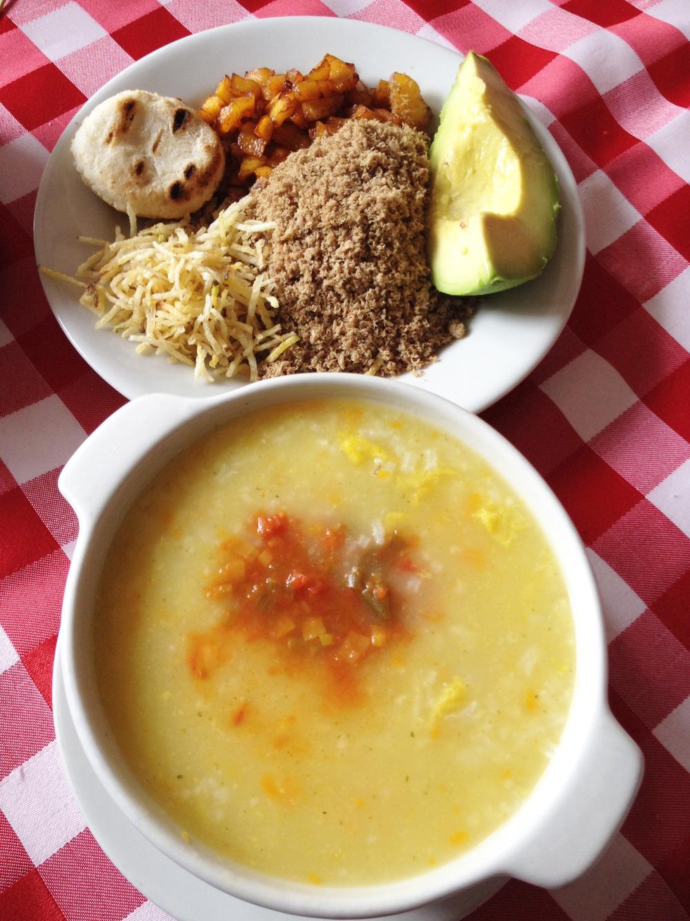 Sopa de cura en vereda, una de las delicias que se sirven en el restaurante ubicado en la calle Junín.