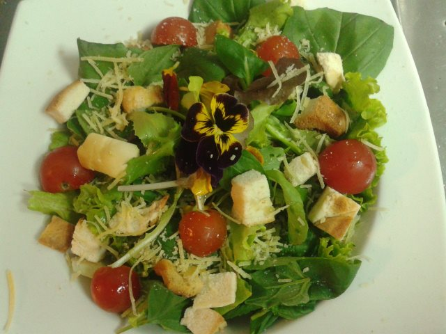 Foto de una ensalada con ingredientes similares de la página de Facebook de Sr. Sirirí.