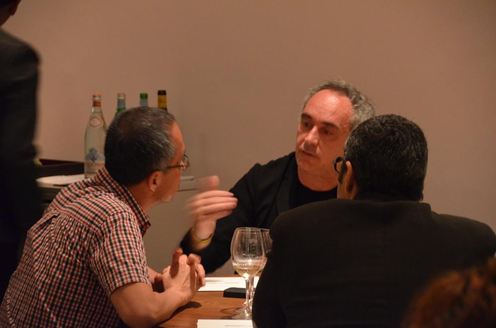 Los cocineros Ferran Adrià y Andoni Luis Aduriz en Astrid & Gastón Casa Moreyra.