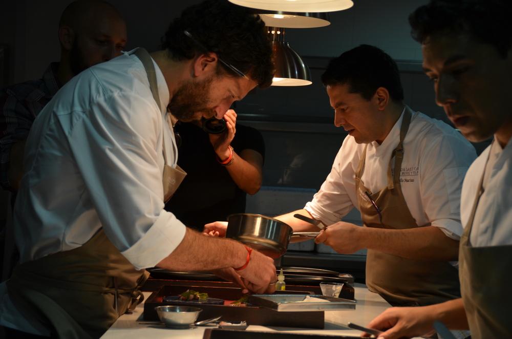 El equipo de cocineros a toda marcha en una de las cocinas de la renovada Casa Moreyra.