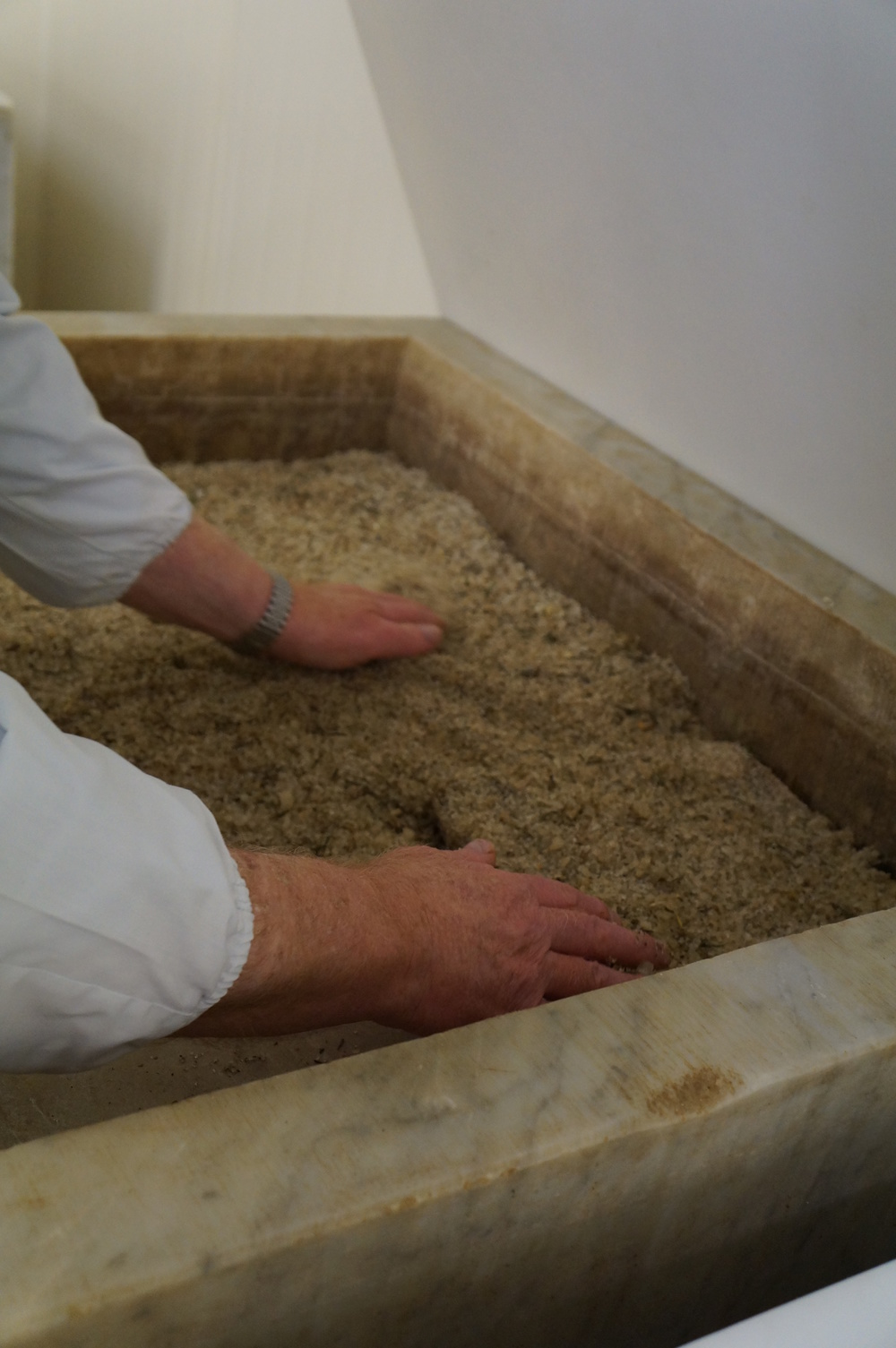 Las piezas se masajean con sal marina, especias, hierbas y ajo; luego van a sus camas de mármol, con un colchón de sal, más especias y hierbas, por unos 6 meses.